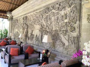 ロイヤルピタマハのロビー近くの壁画彫刻