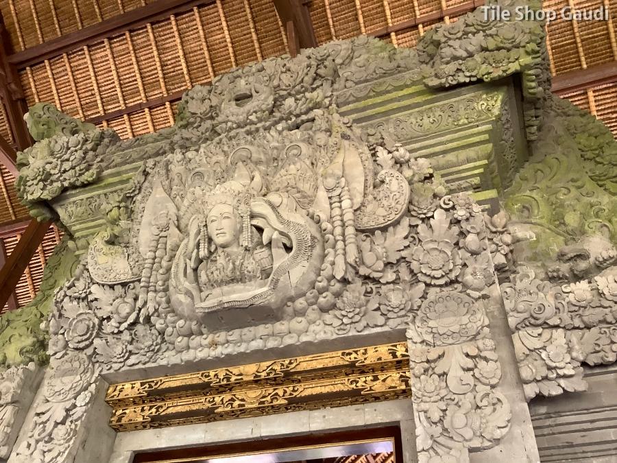 ロイヤルピタマハのDewataラウンジ内にあるバリ彫刻